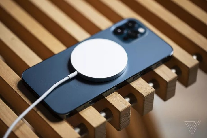 FCC 認證文件暗示 iPhone 12 可能有隱藏的無線反向充電功能 - 1