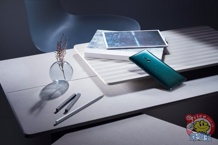 Xperia XZ3擁有3D曲面玻璃外型同時延伸於正面及背面,外環極窄框架打造流暢且優雅的設計。(2).jpeg